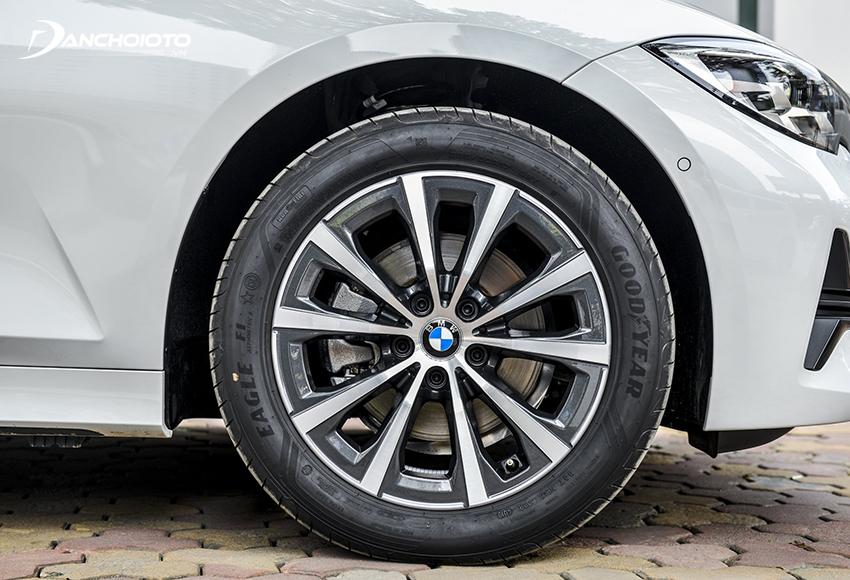 BMW 320i Sport Line dùng lazang 17 inch, còn bản Plus dùng lazang 18 inch
