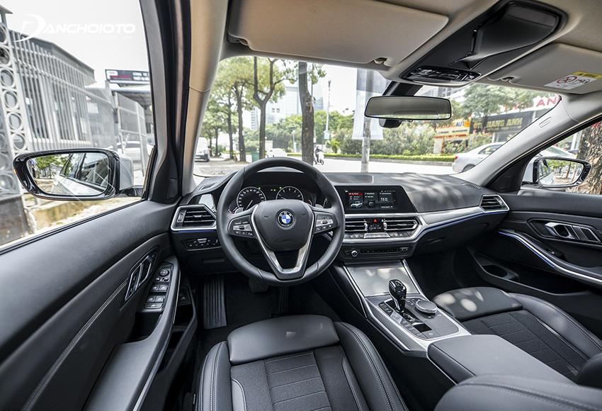 Cách bố trí taplo BMW 320i 2020 cho thấy rõ sự tập trung rất nhiều về người lái