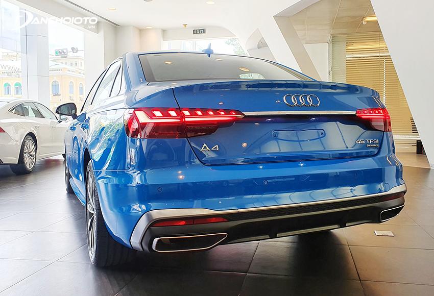 Cản sau Audi A4 2020 dùng ốp nhựa, dải đèn phụ nằm lọt lòng bên trong, ống xả hình thang