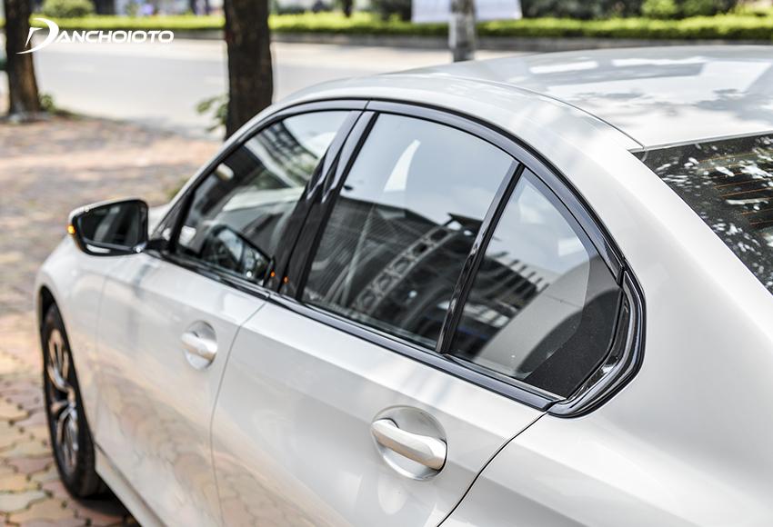 Cột C BMW 320i 2020 có đường gấp khúc cua Hofmeister kink