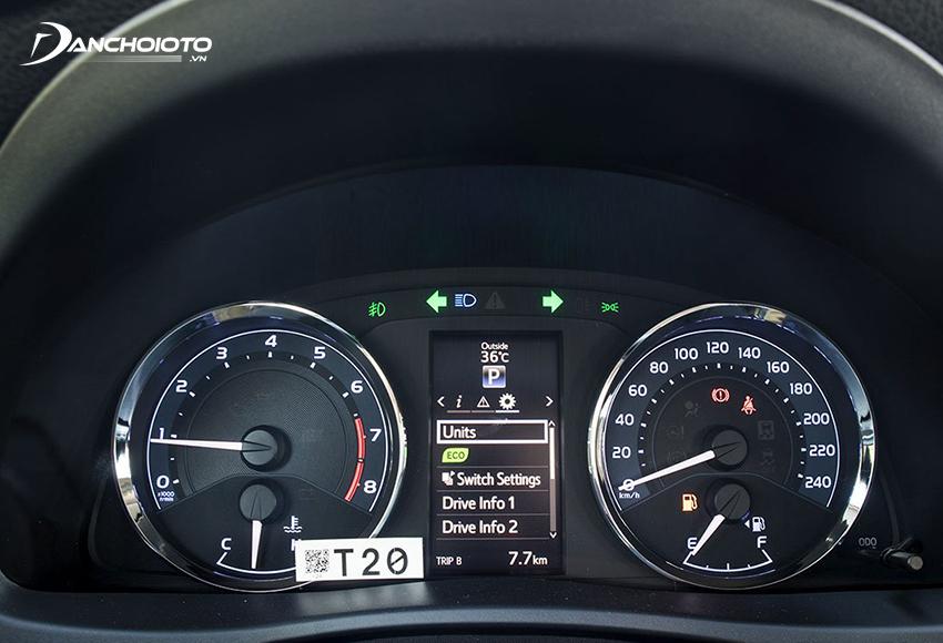 Cụm đồng hồ Altis 2021 vẫn quen thuộc với 2 đồng hồ Analog và 1 màn hình TFT 4 inch đặt giữa