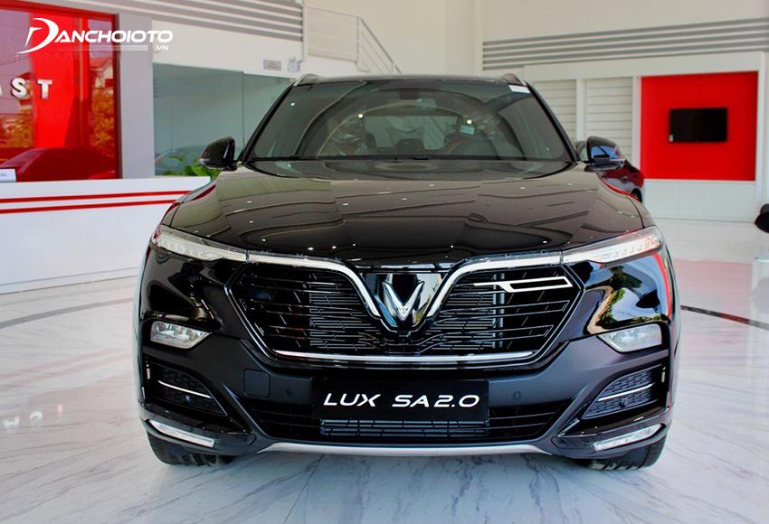 """Đầu xe VinFast Lux SA2.0 2020 thu hút với dải đèn LED mắt híp kéo dài nhấn sâu tạo hình chữ """"V"""" và """"F"""" độc đáo"""