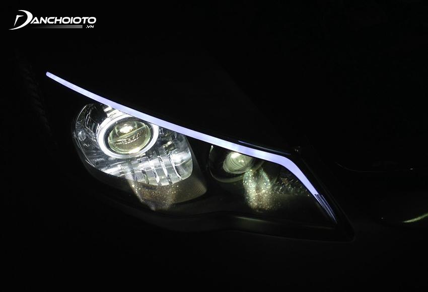 Đèn ở dạng ống LED chạy viền cạnh trên hoặc viền cạnh dưới đèn pha