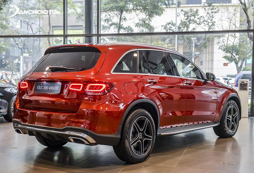 Đuôi xe Mercedes GLC 300 4MATIC 2020 đem đến cảm giác mới mẻ với cụm đèn hậu được tái thiết kế