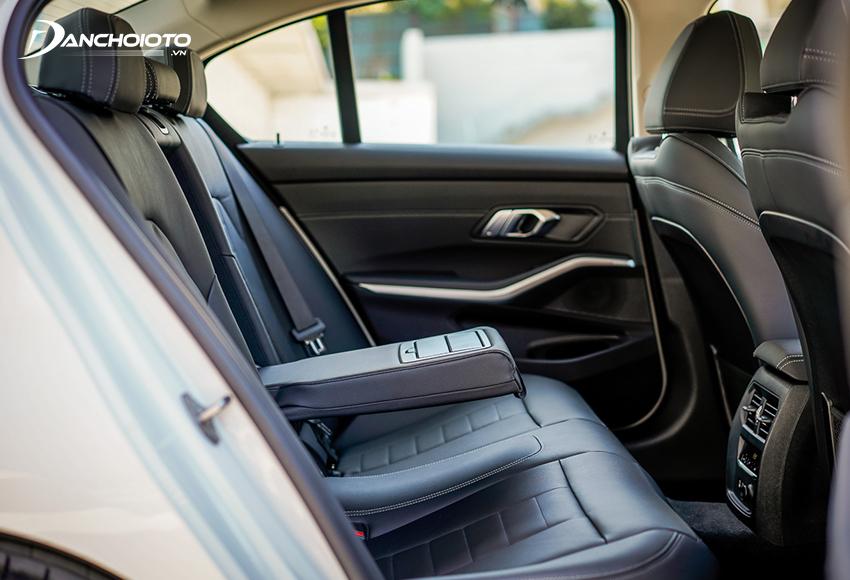 """Hàng ghế sau BMW 320i 2020 thiết kế theo phong cách đặc trưng của ghế xe châu Âu, không gian """"đủ dùng"""""""