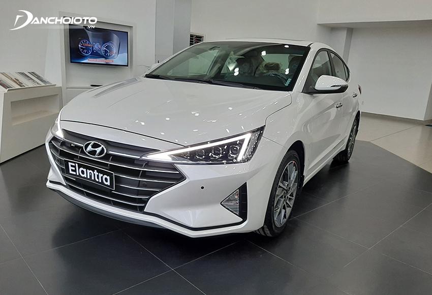 Hyundai Elantra nổi bật với thiết kế ưa nhìn, tiện nghi cao và giá bán tốt