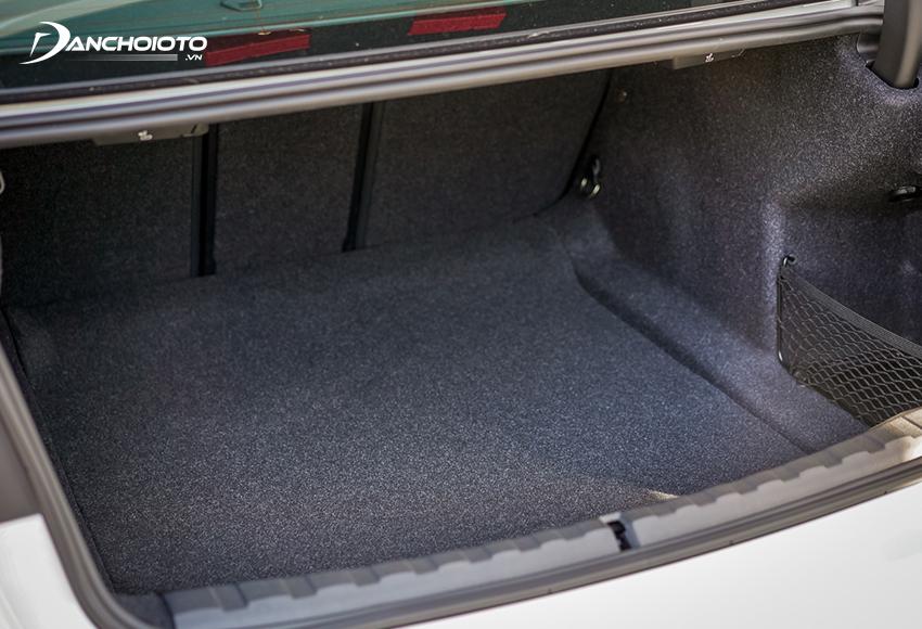 Khoang hành lý BMW 320i 2020 có dung tích 480L