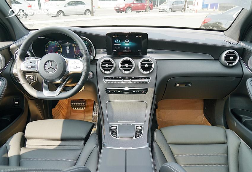 Mercedes GLC 300 2020 sử dụng các vật liệu nội thất cao cấp như ốp gỗ Open-pore, bọc da ARTICO và ốp nhôm