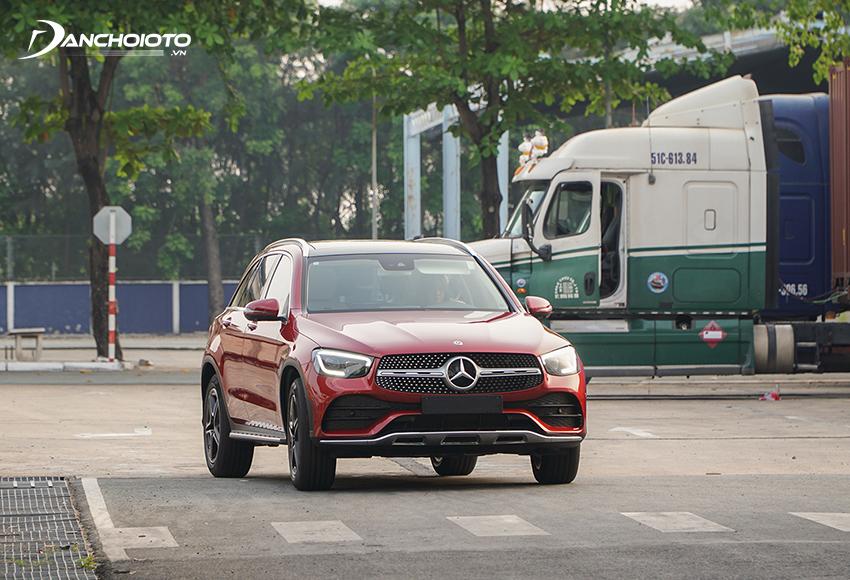 Mercedes GLC 300 4MATIC 2020 sử dụng hệ thống dẫn động 4 bánh toàn thời gian 4MATIC giúp tối ưu lực kéo lên các bánh xe