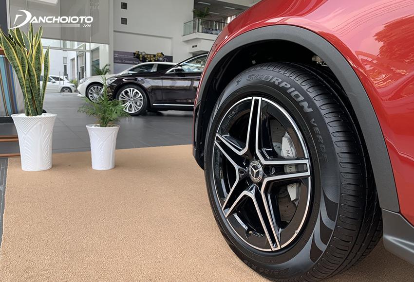 Mercedes GLC 300 và GLC 300 Coupe cùng sử dụng lazang 19 inch 5 chấu kép hình ngôi sao