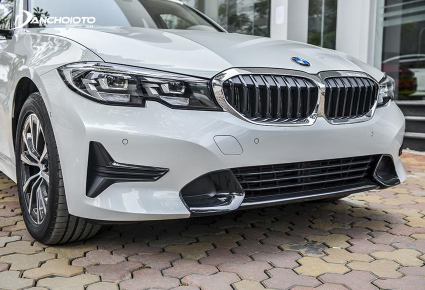 Phần dưới đầu xe BMW 320i 2020 cũng được cải tiến nhằm nâng cao hiệu năng khí động học
