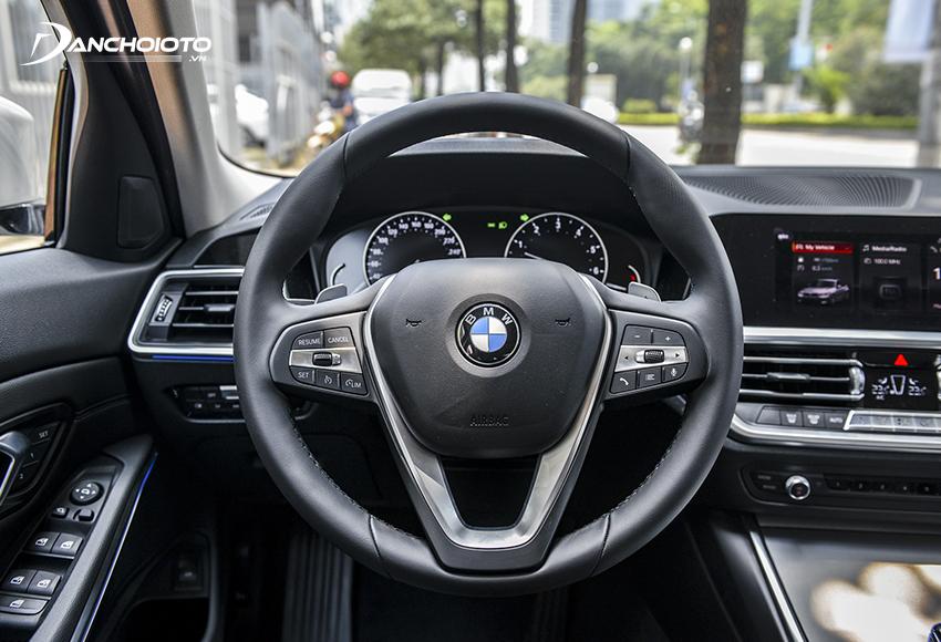 Vô lăng BMW 320i 2020 3 chấu hiện đại hơn