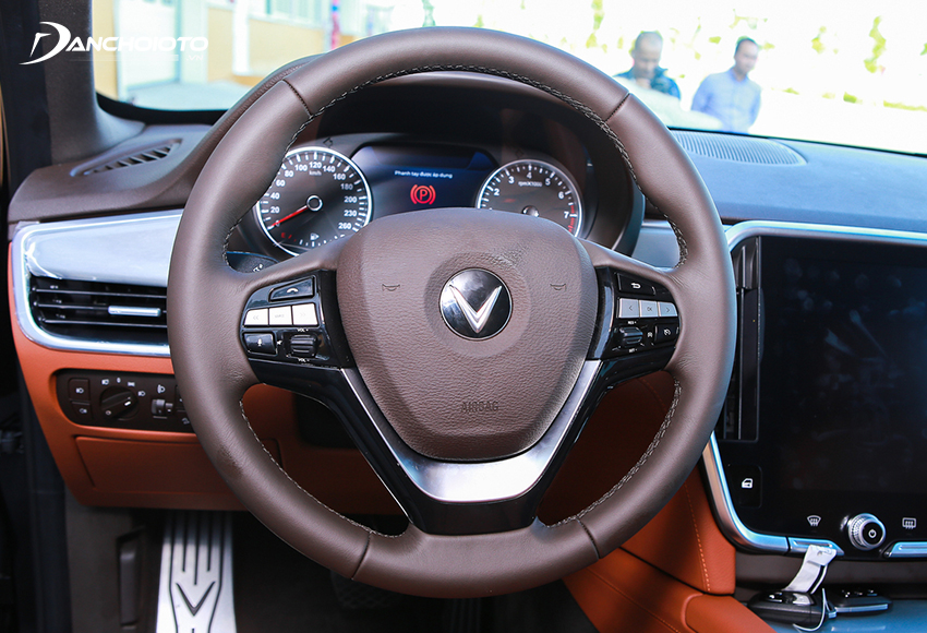 Vô lăng VinFast Lux SA2.0 2020 kiểu 3 chấu bọc da quen thuộc