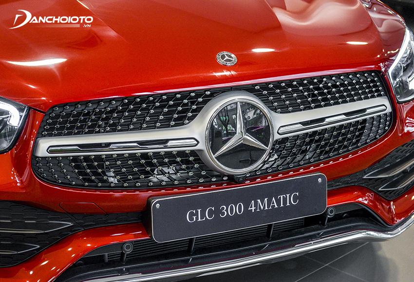 Với gói ngoại thất AMG phần cản trước của Mercedes GLC 300 2020 bề thế và hầm hố hơn