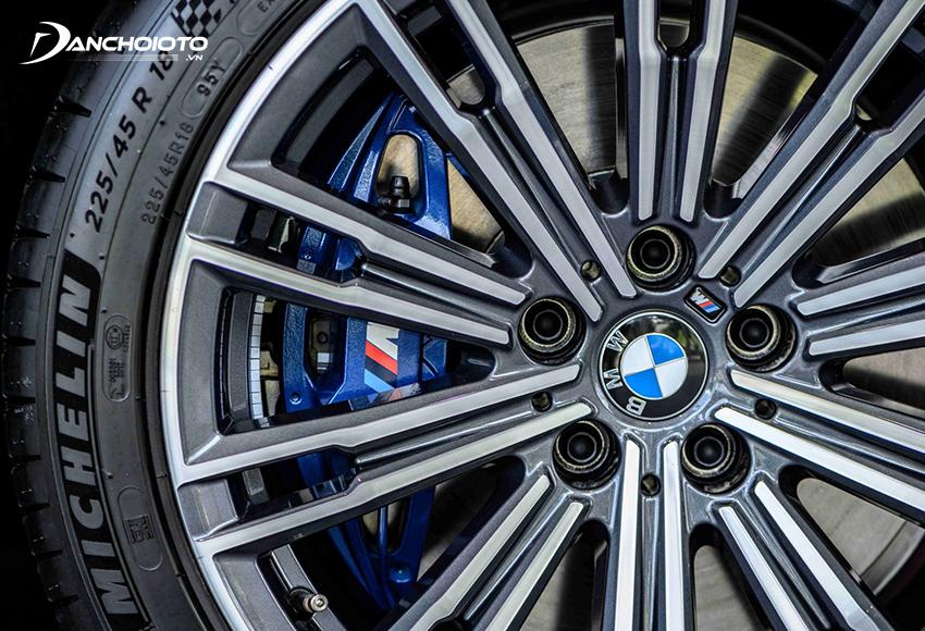 BMW 330i M Sport trang bị gói mâm M 18 inch đa chấu kép