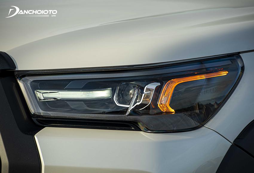 Cụm đèn Toyota Hilux 2.8G 4x4 AT 2021 được tái thiết kế sắc sảo hơn với công nghệ Full-LED