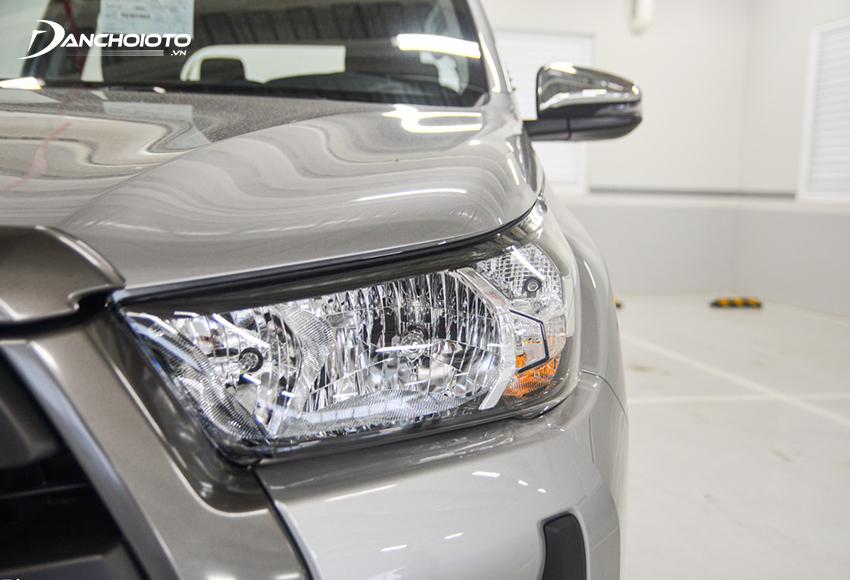 Cụm đèn trước các bản Toyota Hilux 2.4E chỉ sử dụng đèn Halogen phản xạ đa hướng, không có đèn LED ban ngày