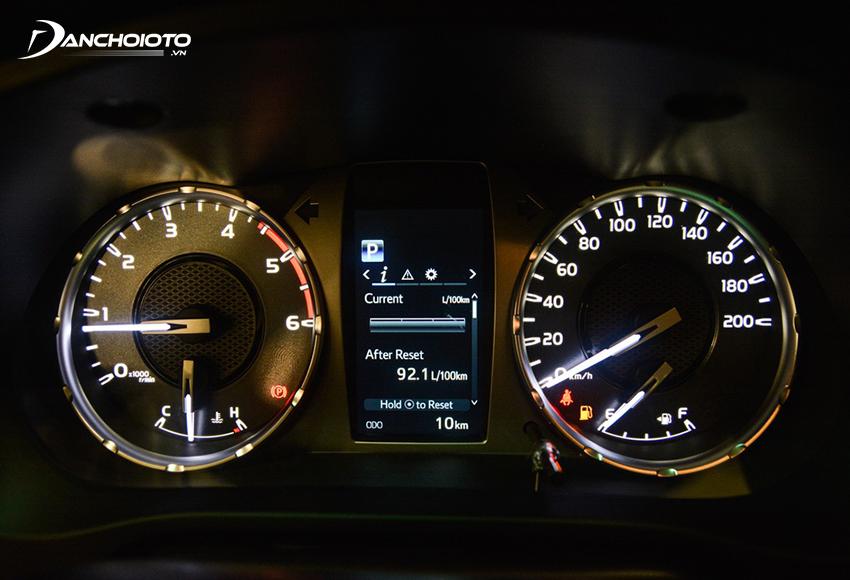 Cụm đồng hồ Hilux 2021 có màn hình hiển thị đa thông tin 4.2 inch nằm giữa