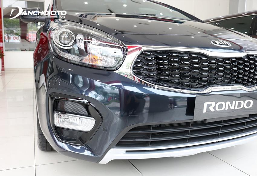 Đèn sương mù Kia Rondo 2020 nằm lọt trong hốc nhựa tạo điểm nhấn nổi bật