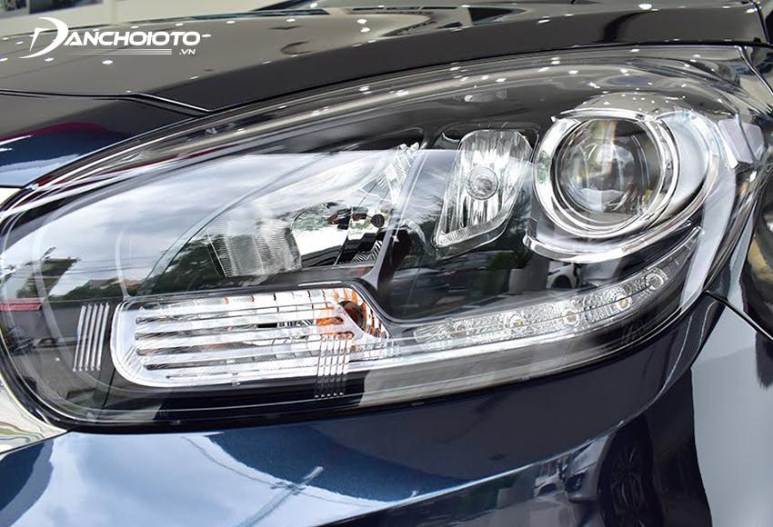 Đèn xe Rondo 2020 trang bị Halogen Projector, bản số tự động có đèn pha tự động và đèn định vị LED
