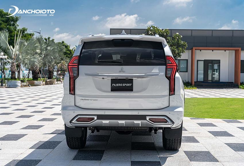 Đuôi xe Mitsubishi Pajero Sport 2020 có nhiều chi tiết nhỏ được tinh chỉnh lại bắt mắt hơn