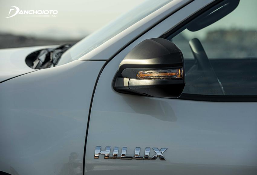 Gương chiếu hậu Hilux 2021 2.8G trang bị đầy đủ chỉnh điện, gập điện và đèn báo rẽ