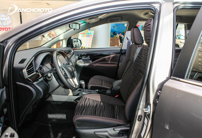 Hàng ghế đầu Toyota Innova 2020 có mặt đệm rộng, tựa lưng ghế độ ôm vừa phải