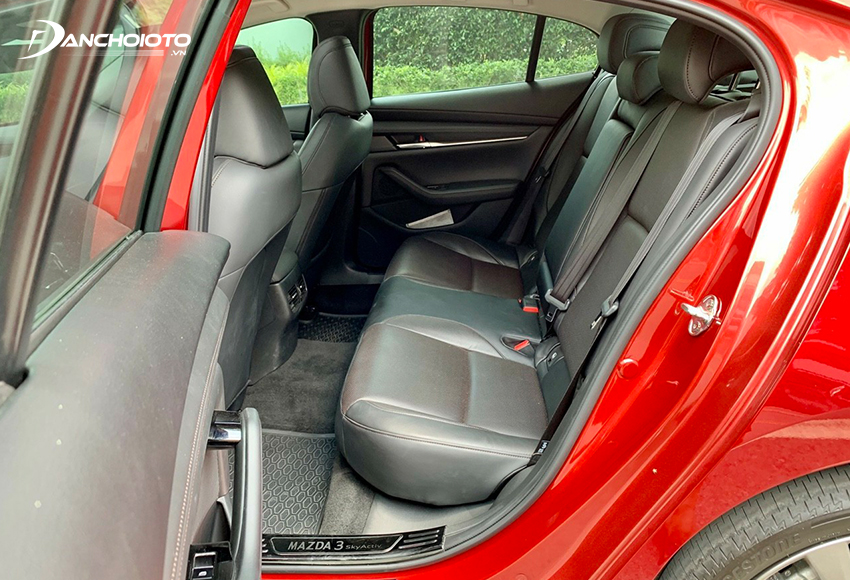 Hàng ghế sau xe Mazda 3 cũ hơi chật