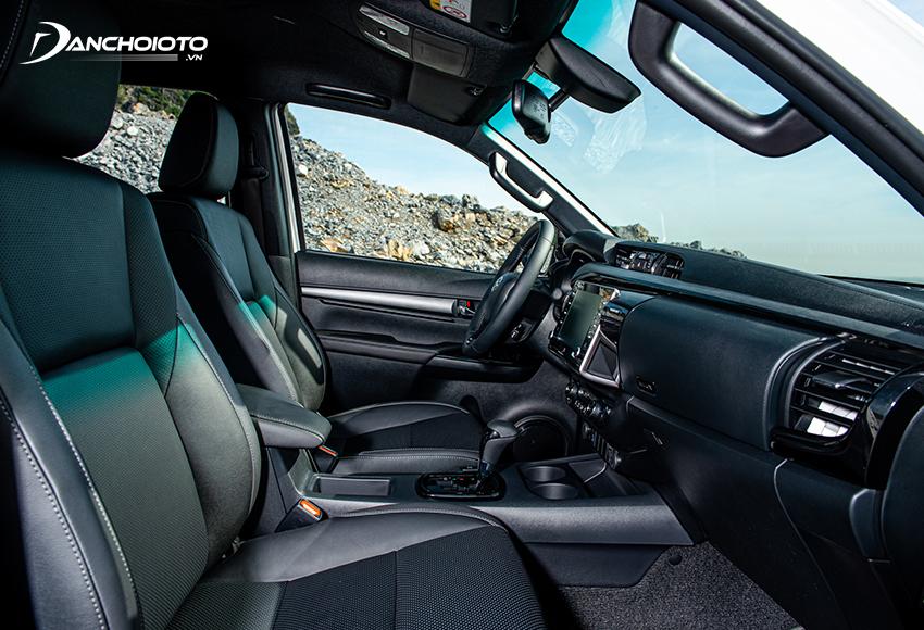 Hàng ghế trước của Toyota Hilux 2021 ngồi tốt, chỉ có chỉnh điện ở ghế lái trên bản Adventure 2.8G