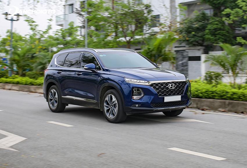 Hyundai SantaFe là mẫu crossover đô thị có thế mạnh về độ tiện nghi, thoải mái khi đi phố