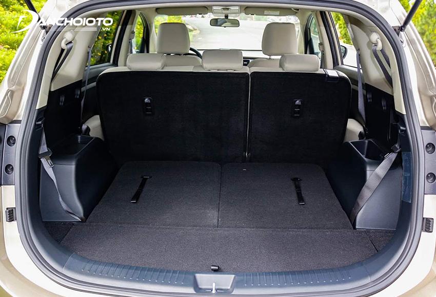 Khoang hành lý Kia Rondo có dung tích khá khiếm tốn, muốn tăng diện tích để đồ có thể gập hàng ghế thứ 3