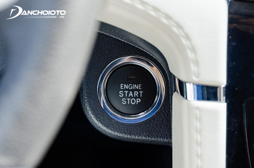 Nút Start/Stop trên Toyota Rush đặt ở vị trí hơi bất tiện, dễ bị đụng chân người lái