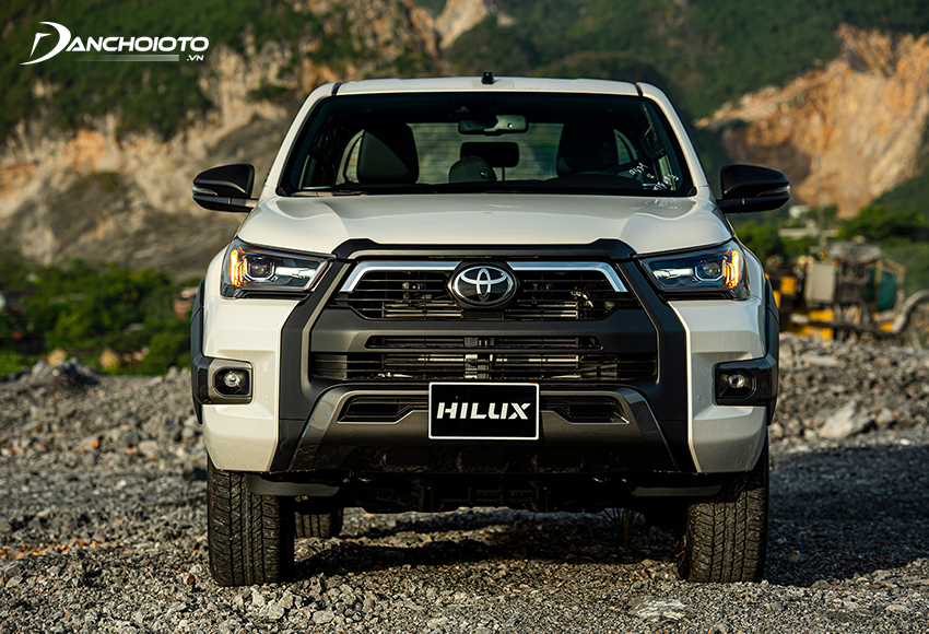 Ở bản Toyota Hilux 2.8G 4x4 AT 2021, lưới tản nhiệt được tạo hình theo kiểu chữ U úp ngược rất hầm hố
