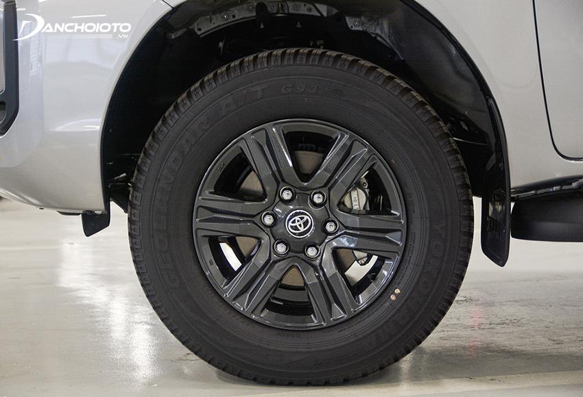 Toyota Hilux 2.4E dùng mâm đúc 17 inch 6 chấu đơn