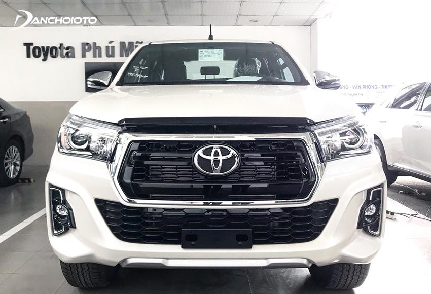 Toyota Hilux 2019 có đặc điểm nhận diện với thiết kế lưới tản nhiệt hình lục giác viền chrome bản to bên ngoài
