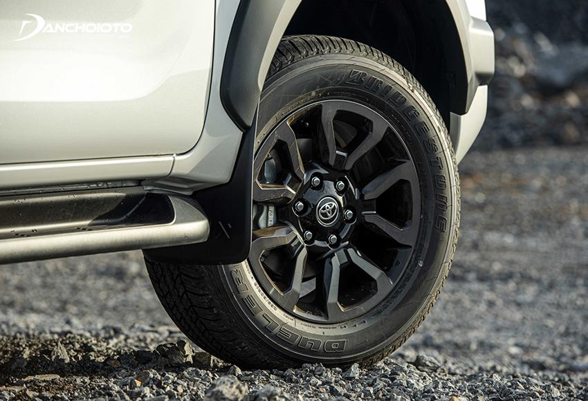 Toyota Hilux Adventure 2.8G 2020 được trang bị mâm đúc 18 inch 5 chấu hình hoa