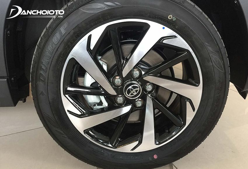 Toyota Rush 2020 được trang bị mâm kích cỡ 17 inch, 5 chấu xoáy 2 màu