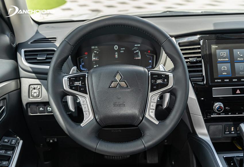 Vô lăng Pajero Sport facelift 2020 vẫn kiểu 4 chấu nam tính như trước nhưng có sự bổ sung và tinh chỉnh thiết kế các phím chức năng