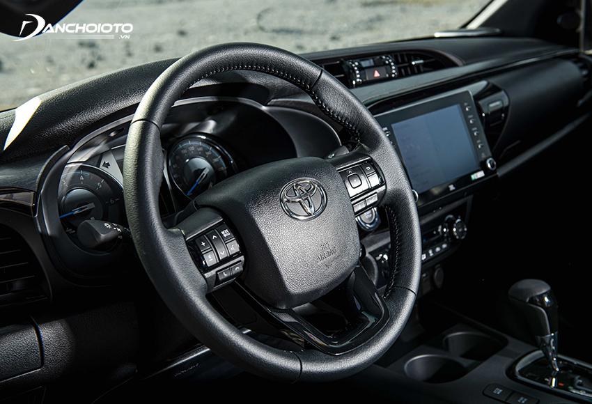 Vô lăng Toyota Hilux 2021 kiểu 3 chấu nam tính như trước