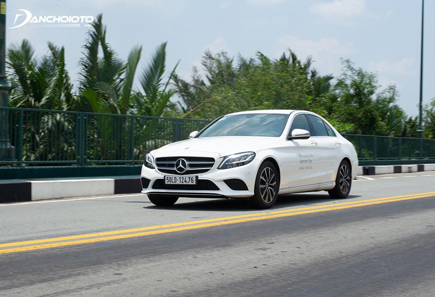 Xuống giá nhanh nên mua xe Mercedes Benz C200 cũ sẽ lợi hơn mua xe mới