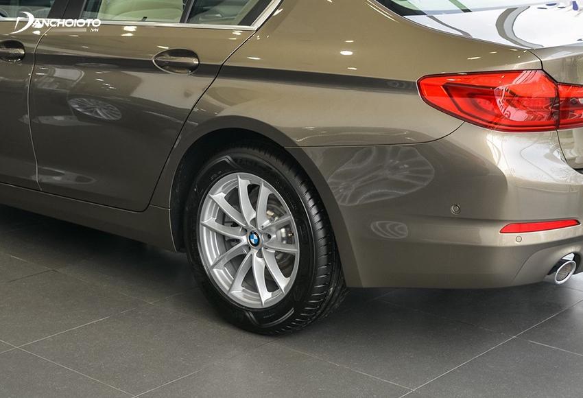 BMW 520i 2020 sử dụng mâm 17 inch chấu kép chữ V