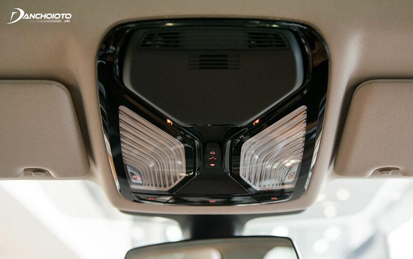 BMW 530i 2020 có cụm đèn trần cao cấp hơn bản 520i