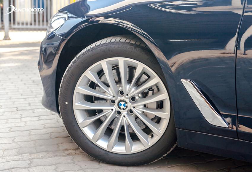 BMW 530i 2020 dùng mâm 18 inch chấu kiểu W