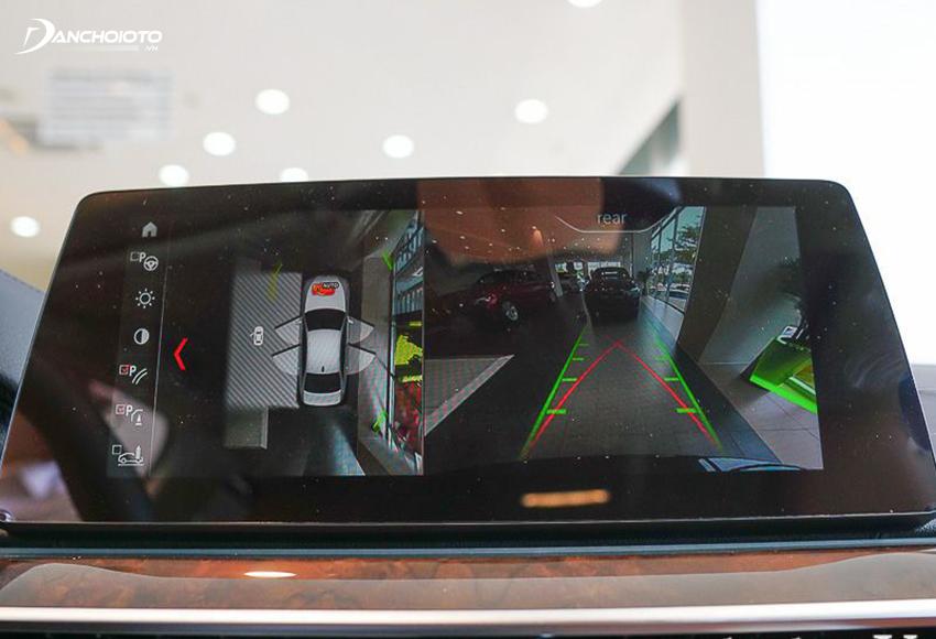 BMW 530i được trang bị camera 360 độ giả lập 3D với cho tầm quan sát tốt, chất lượng hình ảnh sắc nét