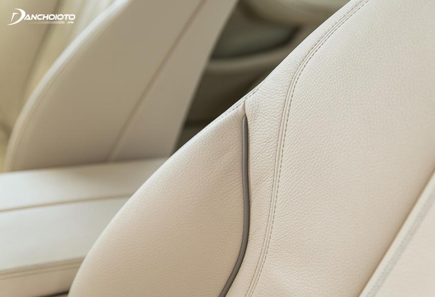 Cả 2 phiên bản BMW 520i và 530i 2020 đều được bọc da Dakota cao cấp, riêng bản 530i có thêm đường viền màu sậm