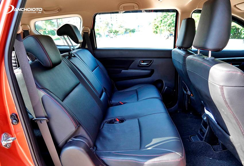 Hàng ghế thứ 2 Suzuki XL7 2020 có không gian thoải mái với chỗ để chân khá rộng, trần thoáng