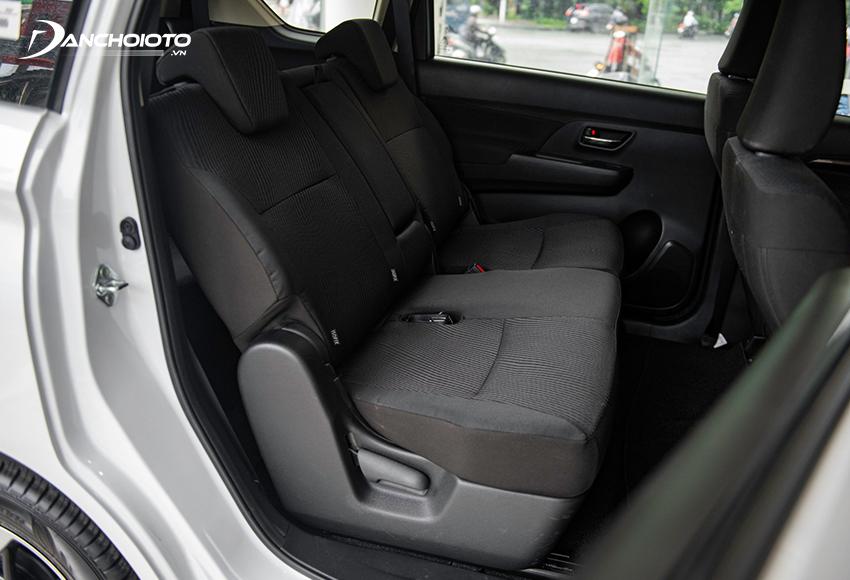 Hàng ghế thứ 2 trên Suzuki Ertiga rộng rãi, độ ngả lớn, có bệ để tay trung tâm