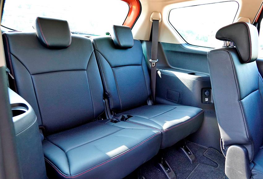 Hàng ghế thứ 3 Suzuki XL7 2020 thực sự tốt, trần thoáng, chỗ để chân đủ dùng