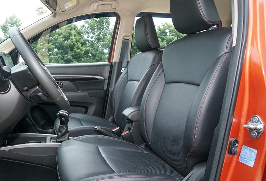 Hàng ghế trước Suzuki XL7 2020 ngồi rộng rãi, tựa ghế hơi ôm người tương đối thoải mái