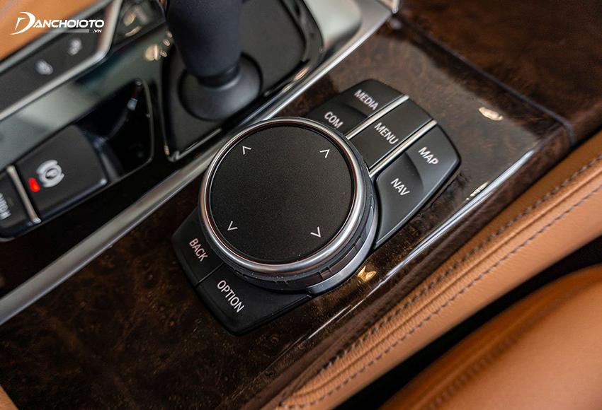 Hệ thống iDrive trên 520i và 530i 2020 có thể điều khiển bằng núm xoay ở bệ trung tâm